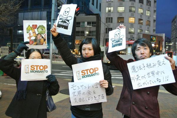 「日本モンサント社」前で抗議する市民ら。=16日夕、銀座三原橋交差点。写真:筆者撮影=