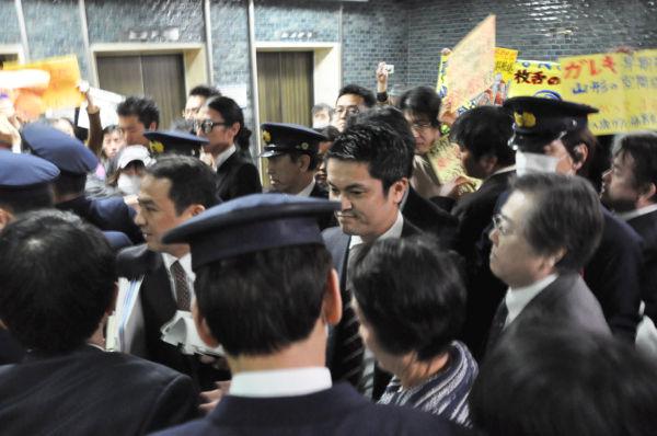 林市長は守衛と秘書課職員に厳重にガードされながら応接室から隣の市長室に移動した。=28日午後、横浜市役所。写真:筆者撮影=