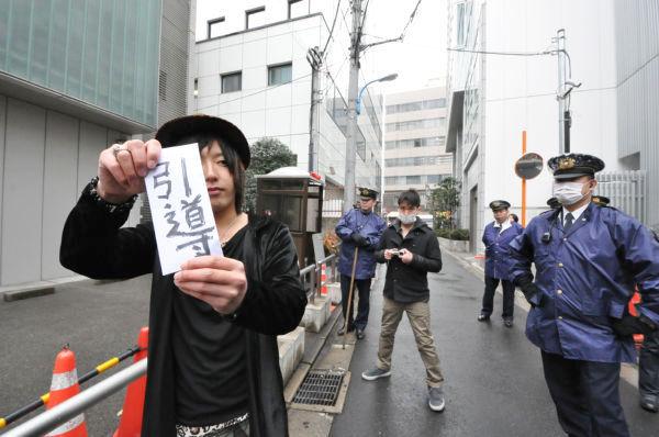 山口青年が勝俣邸に着くや警察官が取り囲んだ。=10日午後、新宿区左門町。写真:筆者撮影=