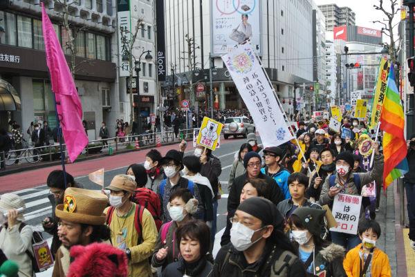 脱原発を呼びかける色とりどりのノボリが渋谷の繁華街を通り過ぎて行った。=25日午後。写真:筆者撮影=