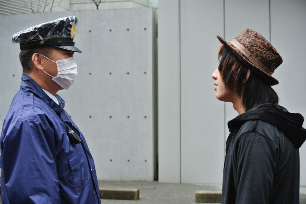要塞のごとき勝俣邸前。「何で入っちゃいけないんだよ?」山口青年は激しい口調で警察官に迫った。=写真:筆者撮影=