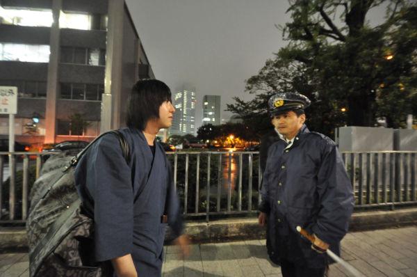 警察官は山口青年を官邸前から移そうと硬軟巧みに使い分けて説得にあたった。=写真:筆者撮影=