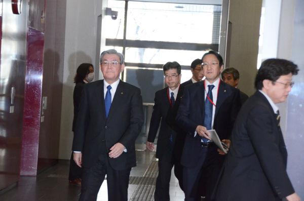 「安全対策工程表」提出のために経産省を訪れた関西電力の八木誠社長(左)。=9日、経産省本館。撮影:筆者=