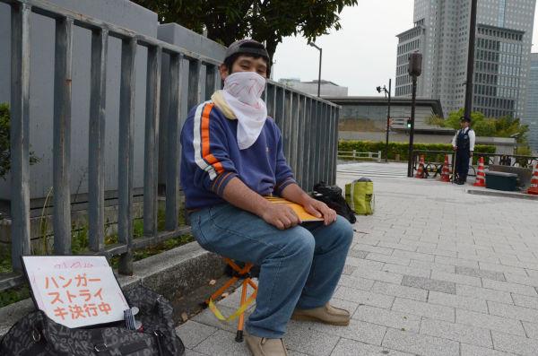 この日は訪米する野田首相を見送った。瀬下さんは「何のためにアメリカに行くんだろう」と首を傾げる。=29日、首相官邸前。写真:筆者撮影=