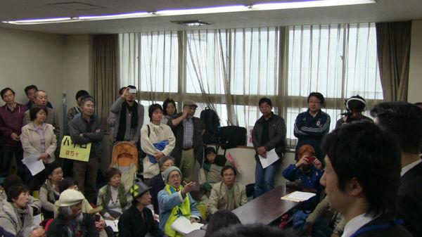 市民たちが通された部屋は椅子がなく、皆、床に座った。手前右端が原子力安全対策課の職員=16日、愛媛県庁。写真:諏訪 京 撮影=