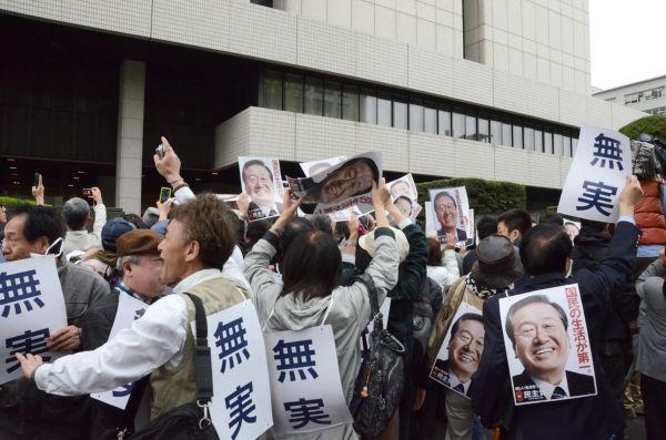 「小沢元代表は無罪」の判決が伝えられると、大きなどよめきが起きた。=26日午前10時、東京地裁前。写真:筆者撮影=