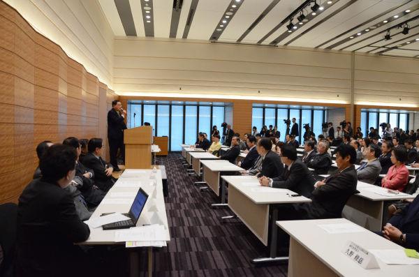 弁士の亀井静香氏は「TPPを慎重に考える会」会長の山田正彦議員を持ち上げた。=写真:筆者撮影=