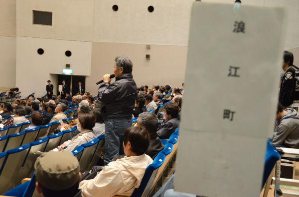 浪江町の人々は生活の苦しさと政府への不満を口々に訴えた。=21日、二本松市民会館。写真:筆者撮影=