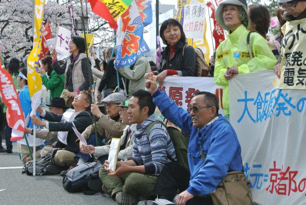 再稼働反対の市民たちは、枝野経産相を福井県庁に入れさせまいとピケを張った。=14日、福井城正門。写真:諏訪 京 撮影 =