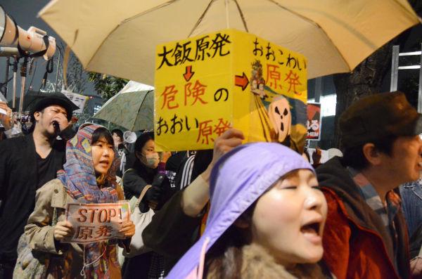 参加者は再稼働が伝えられると悲壮な形相になった。=13日午後8時頃、永田町・首相官邸前。写真:筆者撮影=