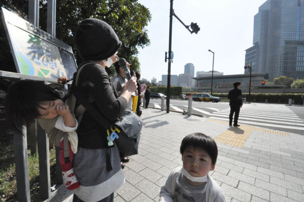 「政治家が責任を取るなんて簡単に言わないで下さい」。主婦は懸命に訴えた。=12日、永田町。写真:筆者撮影=