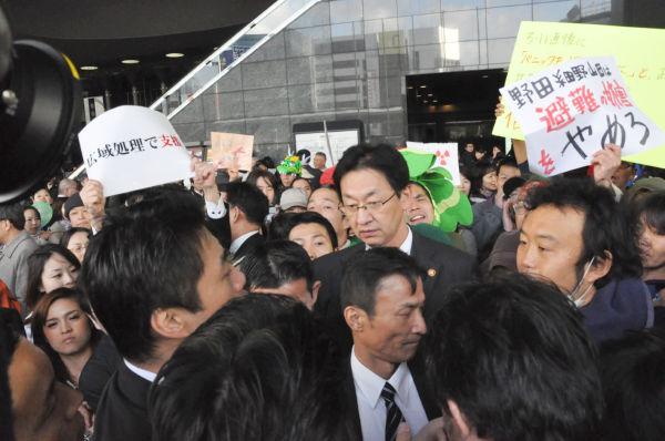 群衆の中に入り市民と対話する細野大臣(左端・横顔)だったが……。=撮影:田中龍作=