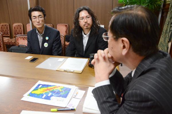 平野さん(右)と橘内さん(左)の質問に稲見議員(手前)はあいまいに答えるばかりだった。=13日、国会内。写真:筆者撮影=