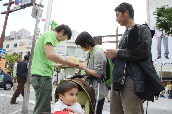 1歳9ヵ月の子供を連れた夫婦。妻は「浜岡原発は永久に稼働してほしくない。事故が起きれば子供の将来はない」と話した。=写真:筆者撮影=
