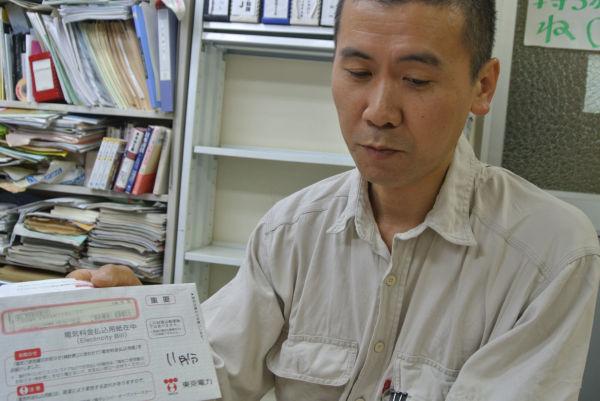 大畑さんは過去の東電請求書もしっかり保存している。=写真:諏訪 京 撮影=