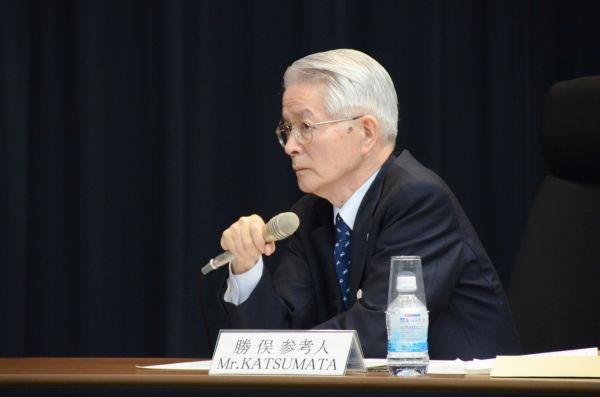 勝俣恒久・東電会長。三白眼で相手をにらむ横顔は、いかにも薄情そうだった。=14日、参院会館。写真:諏訪京撮影=