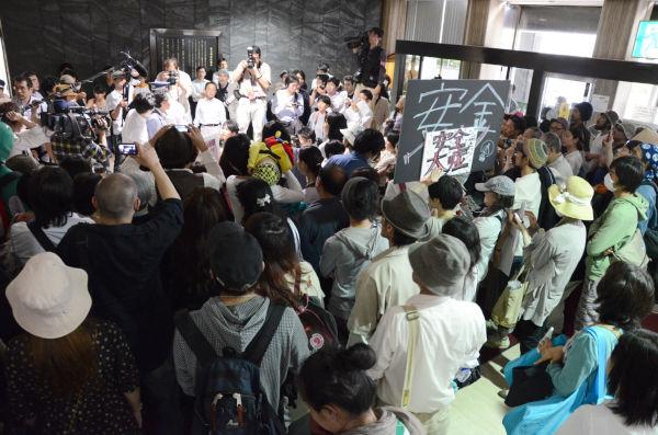 北九州市環境局幹部を追及する市民たち。人で溢れ怒号が飛び交った。=21日、北九州市役所ロビー。写真:筆者撮影=