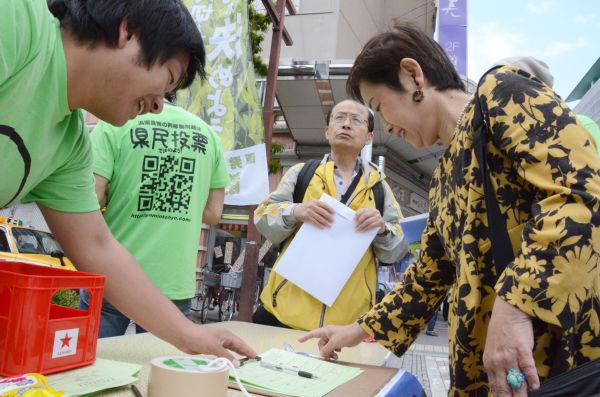 「結果が再稼働に反対、賛成のどちらになっても県民が責任を負う」。女性は署名の意義を強調した。=13日、静岡市青葉公園。写真:筆者撮影=