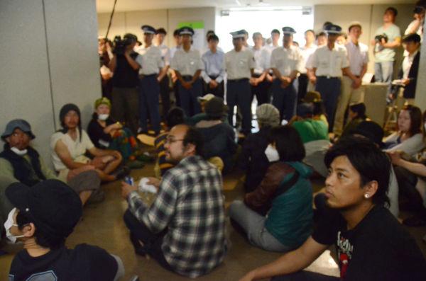 市民たちが北橋健治市長との面会を求めて市長室前に座り込んだ。=23日午後、北九州市役所。写真:筆者撮影=