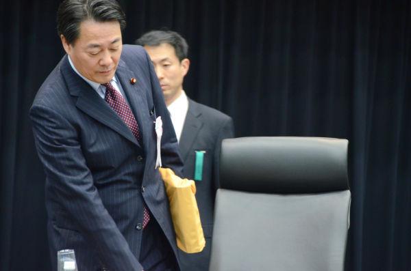 着席する海江田万里・元経産相。国会事故調は国会議員の参考人聴取を始めた。=17日、参院会館。写真:筆者撮影=