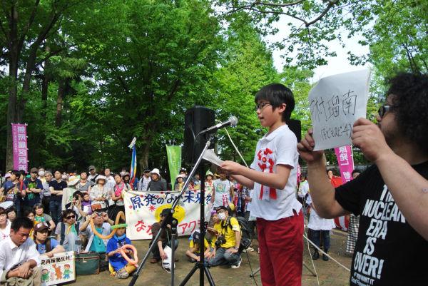 スピーチする中村瑠南さん。子供の立場から原発は懲り懲りと訴えた。=蚕糸の森公園。写真:筆者撮影=