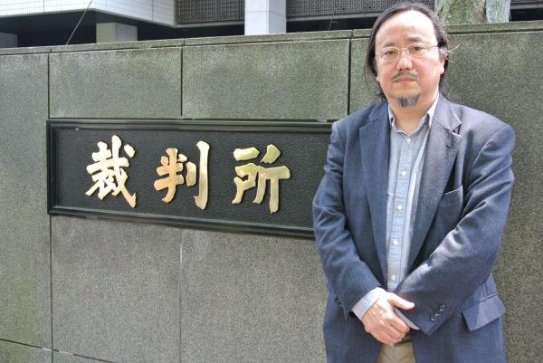 被告となったジャーナリスト田中稔氏。=7日、東京地裁前。写真:筆者撮影=