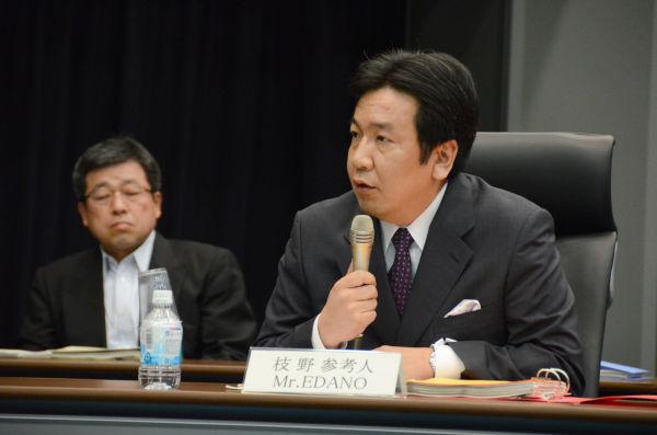 枝野幸男前官房長官。委員の厳しい追及にもスラスラと答えた。=27日、参院会館。写真:田中撮影=