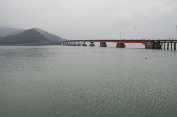 大飯原発のある大島半島と本土をつなぐ青戸大橋。老朽化が進み新耐震基準を満たしていない。大地震が来たら崩壊の恐れもある。=おおい町。写真:筆者撮影=
