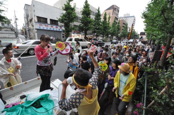 ノリが売りのパレード。カラオケを歌いながら「脱原発」を訴えた。=6日、東高円寺。写真:筆者撮影=