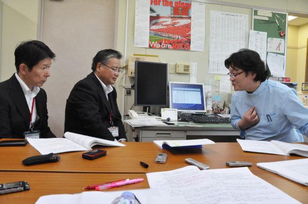 東電の営業担当者(左2人)に値上げの理由を質す山崎医師。=18日、さいたま市浦和区。写真:田中撮影=