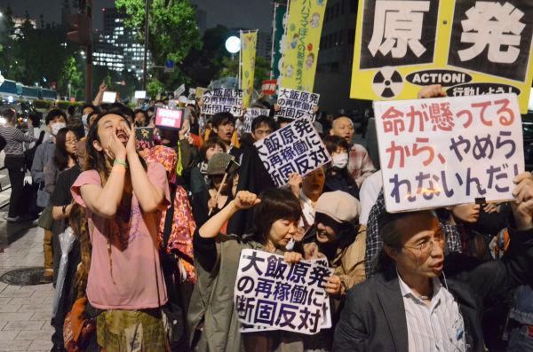 最後尾が見えないほど抗議の市民で溢れた。「再稼働反対!」シュプレヒコールが耳をつんざいた。=1日午後7時頃、首相官邸前。写真:諏訪京撮影=