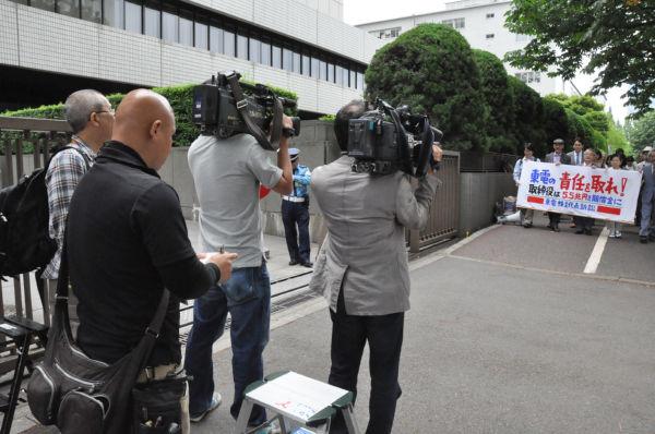 ムービーのカメラマンはわずか2人だった。=14日午前10時、東京地裁前。写真:田中撮影=