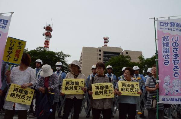 「再稼働させまい」と地元の女性たちが集結した。=写真:田中撮影=