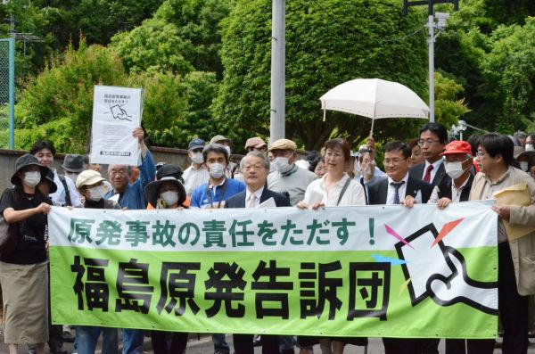 告訴団1,324人のうち約200人が告訴状提出のため福島地検に足を運んだ。=11日、福島市。写真:諏訪撮影=