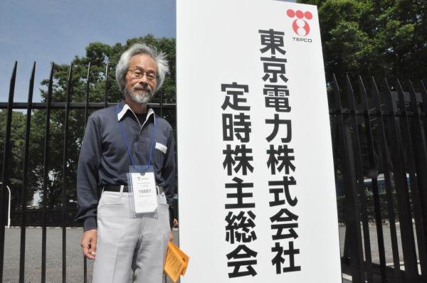 事故当時、福島で畑を耕していた浅田正文さんは東電の株主だ。「被害者の立場に立って補償しろ」と提案する。=27日朝9時、代々木。写真:田中撮影=