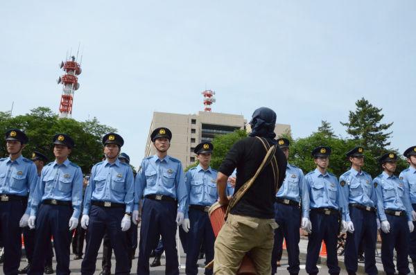 福井県庁はネズミ一匹入る隙間がないほど警察で固められている。=4日午後2時、福井城正門。写真:田中撮影=