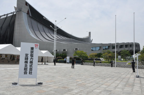 株主総会の会場は1万人以上収容可能な巨大体育館。=国立競技場体育館、写真:田中撮影=