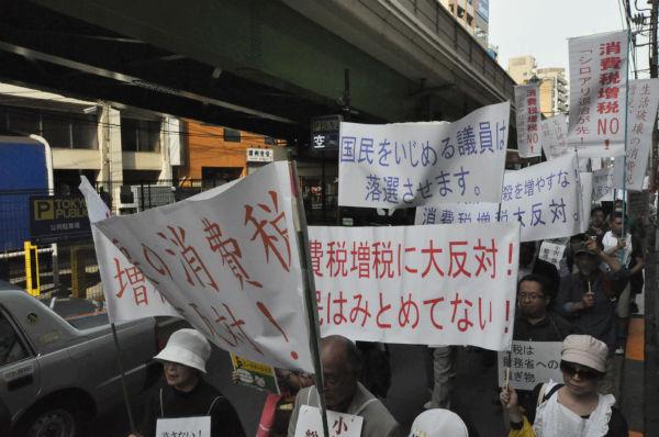 「国民をいじめる議員を落選させる」と書かれた横断幕も登場した。=写真:田中撮影=