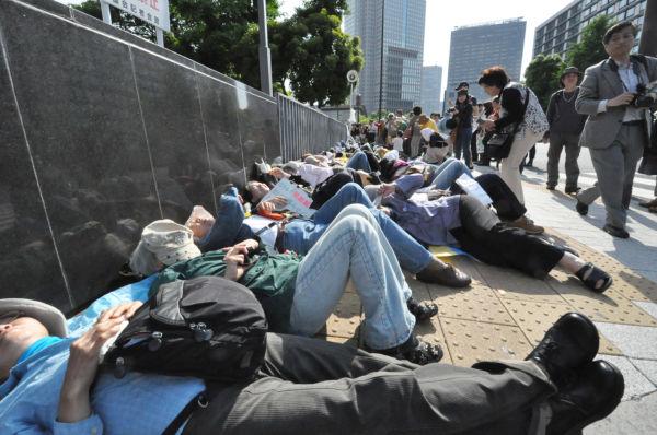 """ズラリと並んだ""""死体""""。野田首相が見たらどう思うだろうか。=写真:田中撮影="""