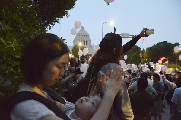 第2ステージは、幼な子を連れた母親の姿が目立った。母と子で叫ぶ「原発いらない」が国会議事堂に響いた。=永田町。写真:諏訪撮影=