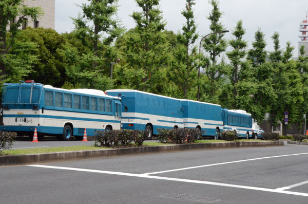 嵐の前の静けさ。早くも機動隊の輸送車が並ぶ。=13日午前11時30分現在、国会議事堂横。写真:田中撮影=