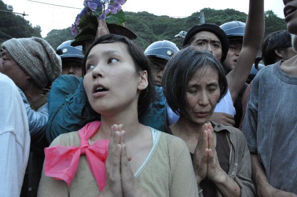 機動隊がジワジワと押し込んで来ると、女性たちは天に祈りを捧げ始めた。=1日夕、大飯原発入り口。写真:田中撮影=