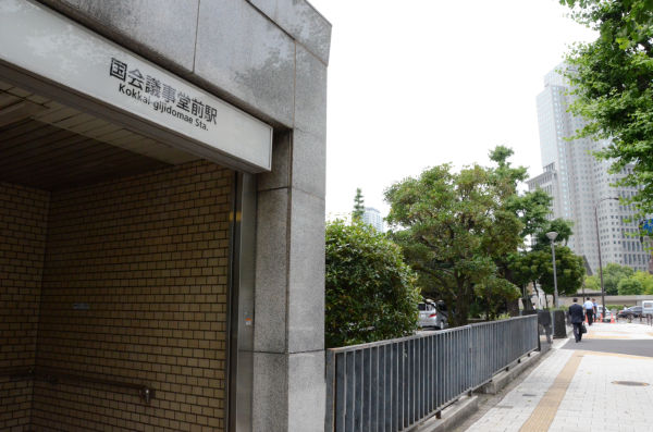 警察がきょう午後3時から規制をかける官邸寄りの出口。=13日午前11時30分現在、永田町。写真:田中撮影=