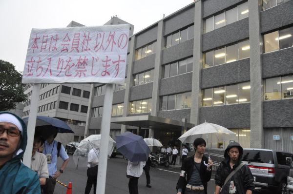 「会員社以外立ち入り禁止」の看板。市民を見下すかのようにそびえ立っていた。=6日夕、国会記者会館前。写真:田中撮影=
