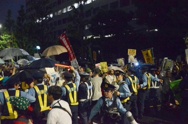 デモ隊の前進を食い止めるのに懸命な警察。=6日夜、永田町。写真:諏訪撮影=