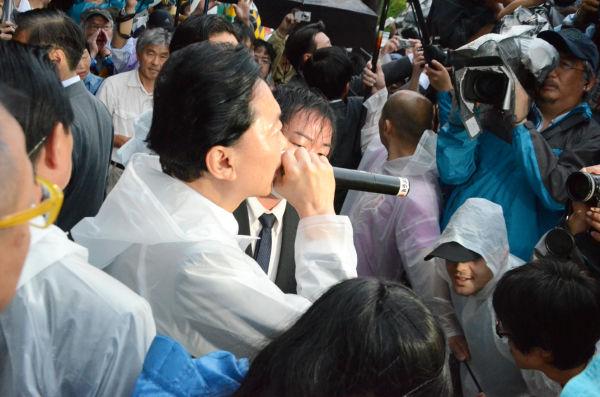 かつて執務した官邸に向かって叫ぶ鳩山由紀夫元首相。=20日夕、永田町。写真:諏訪京撮影=