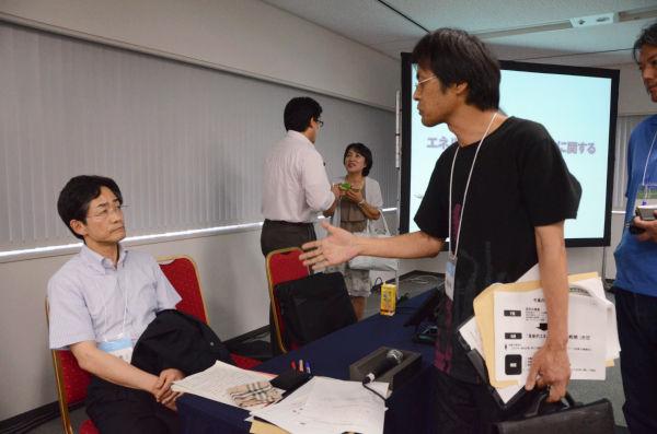 「福島の悲劇をどう受け止めているのか?」。電力会社社員(左)に詰め寄る仙台市民。=写真:田中撮影=