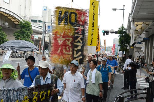 全国各地から参加した反対派の市民たちは、岩国市の繁華街を練り歩いた。ムシロ旗が人々の怒りを象徴しているようだった。=写真:田中撮影=