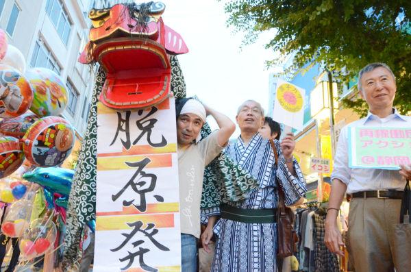 「脱原発獅子舞」も登場し地元ならではのお祭りムードを盛り上げた。=10日夕、静岡市青葉公園そば。写真:諏訪撮影=