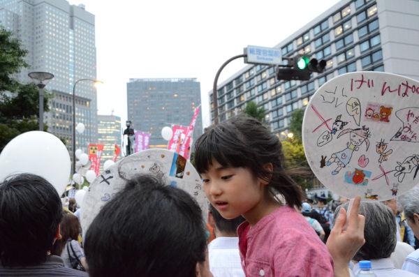 子供連れが多いのも金曜集会の特徴だ。「我が子の将来のためにも原発はこの世から無くなってほしい」というのが親の切なる願いだろう。=永田町。写真:諏訪撮影=